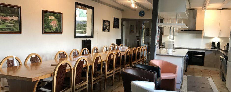 gite jonquille salle à manger, cuisine équipée pour 30 personnes